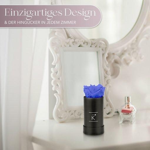 Kleine Rosenbox mit einer blauen Infinityrose, die auf einem Schminktisch steht