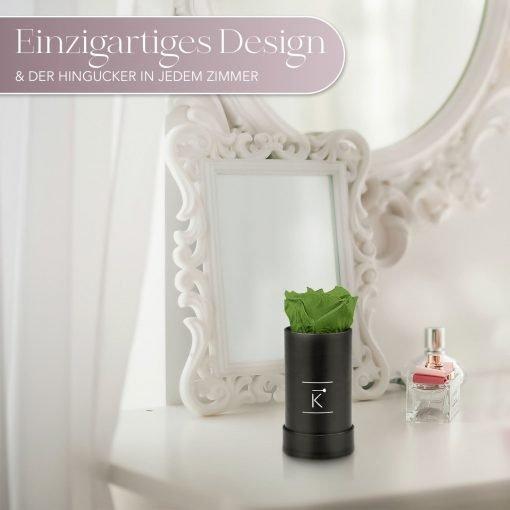 Kleine Rosenbox mit einer grünen Infinityrose, die auf einem Schminktisch steht
