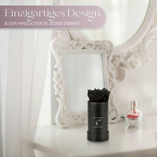 Kleine Rosenbox mit einer schwarzen Infinityrose, die auf einem Schminktisch steht