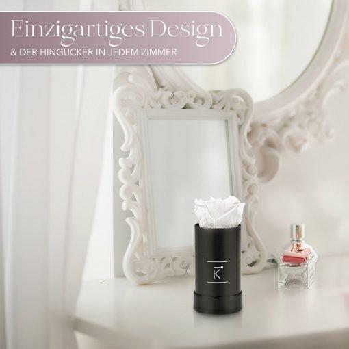 Kleine Rosenbox mit einer weißen Infinityrose, die auf einem Schminktisch steht