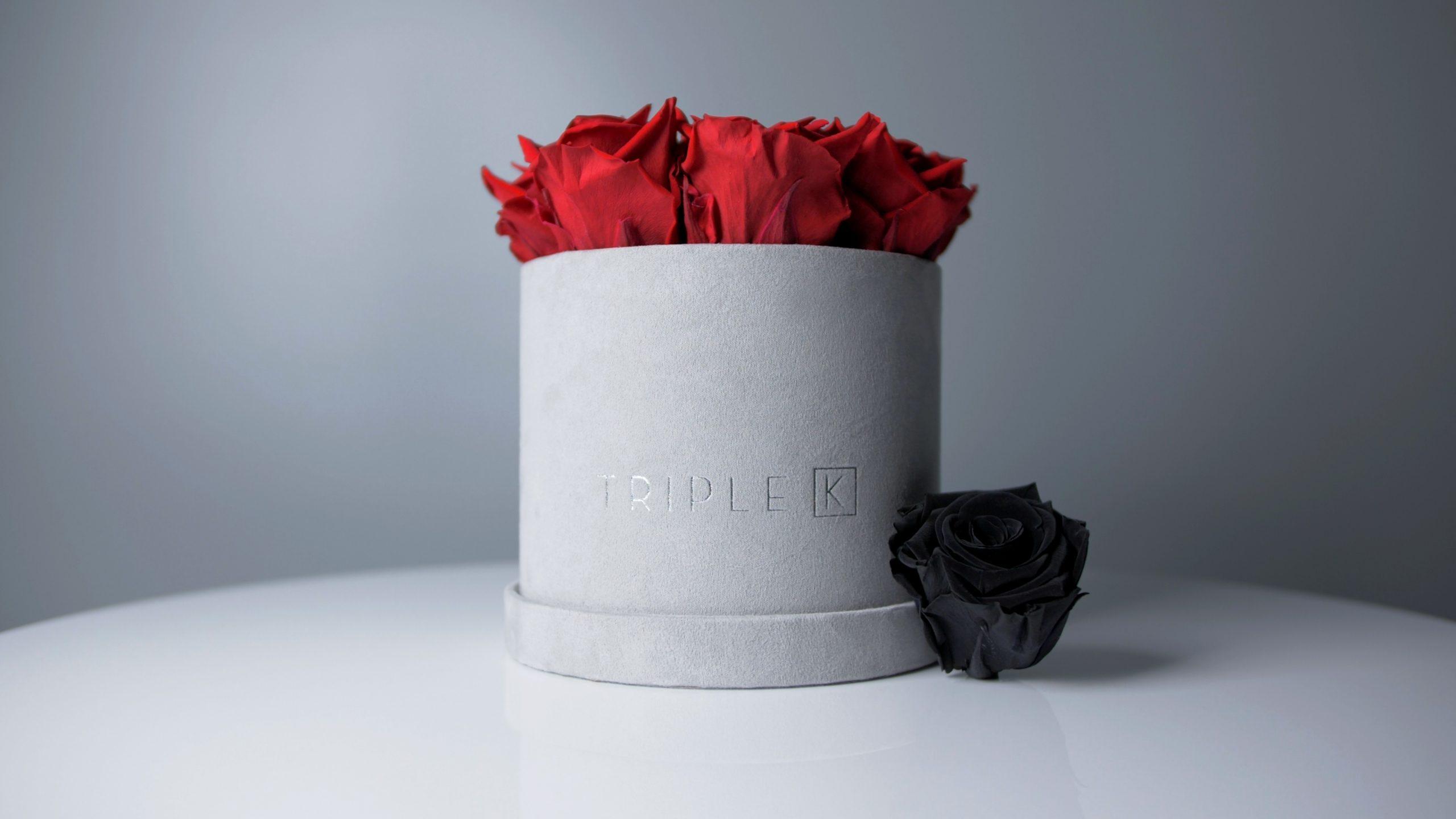 Runde Rosenbox Samt in grau mit roten Rosen