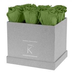 Eckige Rosenbox aus hellgrauem Samt mit grünen Infinityrosen