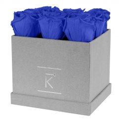 Eckige Rosenbox aus hellgrauem Samt mit blauen Infinityrosen