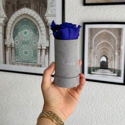 Rosenbox mit einer blauen Infinityrose wird von einer Frau in der Hand gehalten