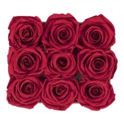 Eckige Rosenbox aus hellgrauem Samt mit roten Infinityrosen von oben