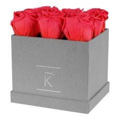 Eckige Rosenbox aus hellgrauem Samt mit peach pinken Infinityrosen