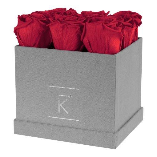 Eckige Rosenbox aus hellgrauem Samt mit roten Infinityrosen