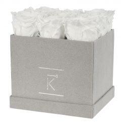 Eckige Rosenbox aus hellgrauem Samt mit weißen Infinityrosen