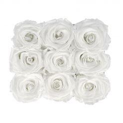 Eckige Rosenbox aus hellgrauem Samt mit weißen Infinityrosen von oben