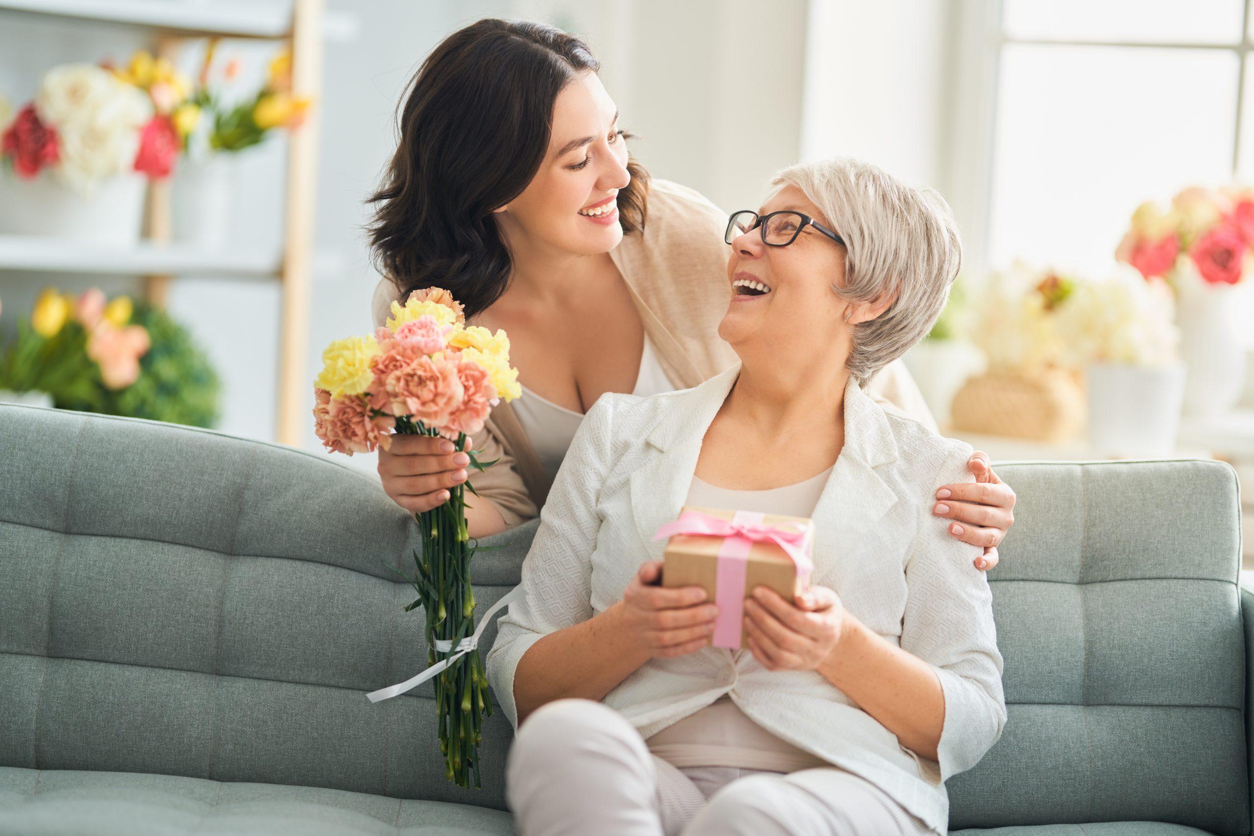 Frau schenkt ihrer Mutter an Valentinstag Blumen