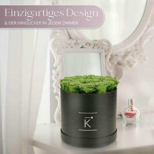 Große runde Rosenbox mit grünen Infinityrosen, die auf einem Schminktisch steht