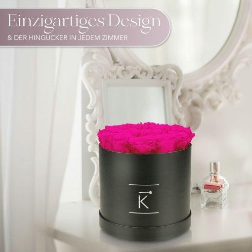 Große runde Rosenbox mit lila pinken Infinityrosen, die auf einem Schminktisch steht