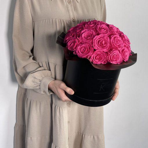 Gorgeuos Rosenbox rund mit lila pinken Infinityrosen wird von einer Frau in ihren Händen gehalten