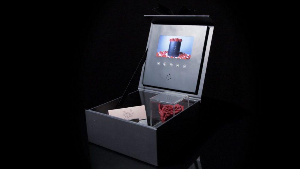 Geöffnete Geschenkbox mit Video, in den eine Infinityrose und ein Geschenkgutschein steht
