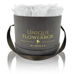 Runde Rosenbox mit weißen Infinityrosen, graues Samtfinish und Henkel zum Tragen