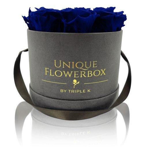 Runde Rosenbox mit blauen Infinityrosen, graues Samtfinish und Henkel zum Tragen