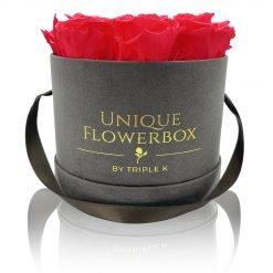 Runde Rosenbox mit pfirsichrosanen Infinityrosen, graues Samtfinish und Henkel zum Tragen