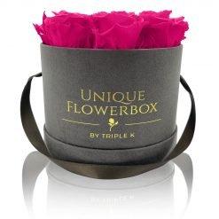 Runde Rosenbox mit lila pinken Infinityrosen, graues Samtfinish und Henkel zum Tragen